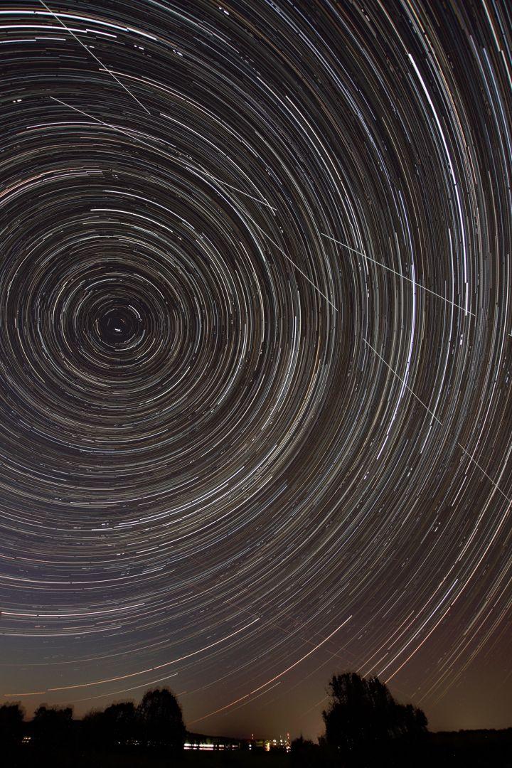 Startrails um Polaris_mit_2x_ISS